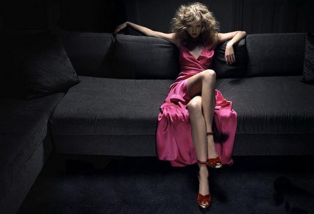 Танцует на диване девушка