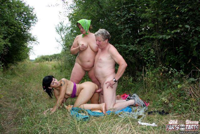 В деревне с как девкой на трахаются два деда россии