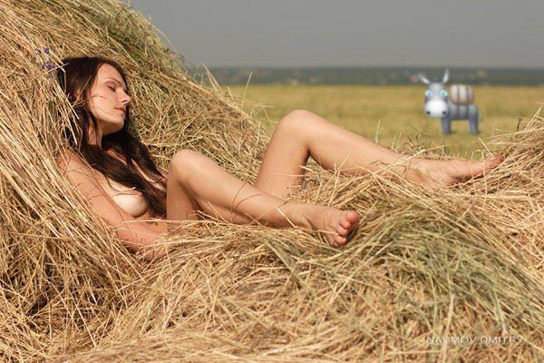 devushka-golaya-odna-na-solome