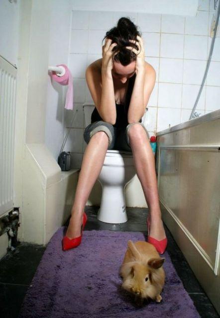 на туалете ласкает