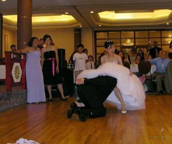 парень ловит подвязку на свадьбе